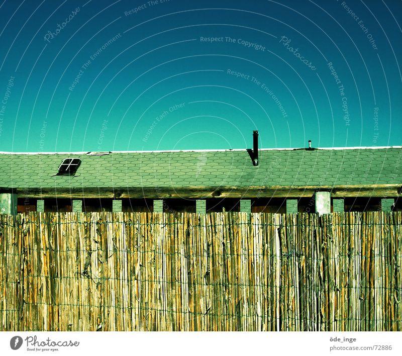 dach und so Luke Dach Terrasse Balkon Fenster Geländer horizontal Horizont Haus Sichtschutz Zaun Teerpappe Dachschräge Himmel schön Dachterrasse Schönes Wetter