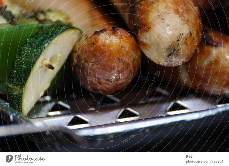 Beginn der Grillsaison Lebensmittel Fleisch Wurstwaren Bratwurst aufgespiesst Grillspieß Gurke Ernährung Grillen Essen genießen Duft heiß saftig braun gold grün