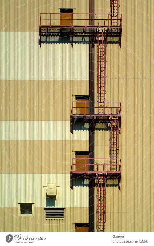 Kraftwerk 2 - Fassadenklettern für Anfänger weiß Fenster braun Tür Fassade Treppe Industriefotografie Stahl Balkon Leiter Mischung beige Gewerbe Luke Wellblech