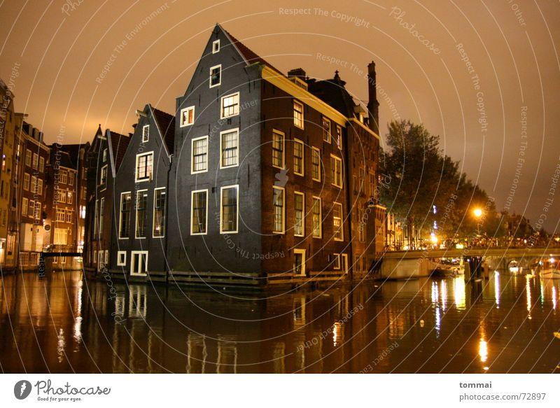 (h)amstardam(m) Amsterdam Spiegel Reflexion & Spiegelung Haus Nacht Belichtung Spitzdach Dach Licht Fluss Brücke Überschwemmung Wasser