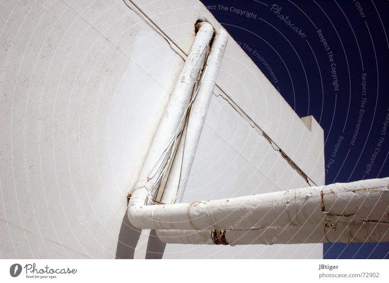 Hinter der Fassade alt Haus Farbe Wand Kabel Röhren Putz Blauer Himmel labil Elektrisches Gerät