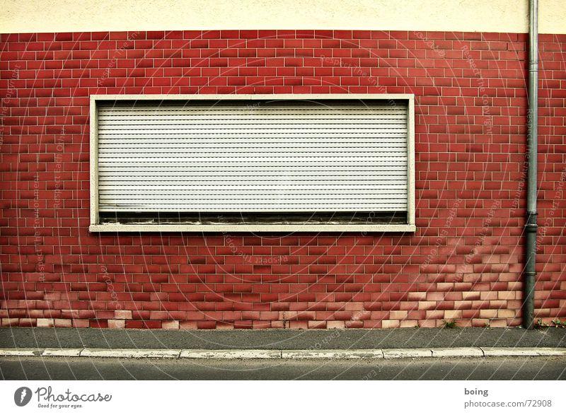 öfter mal das gleiche Laterne Straße Haus Fenster Rollladen geschlossen vergangen dunkel schlafen verschlafen Bürgersteig Vergänglichkeit Sicherheit regenrohr