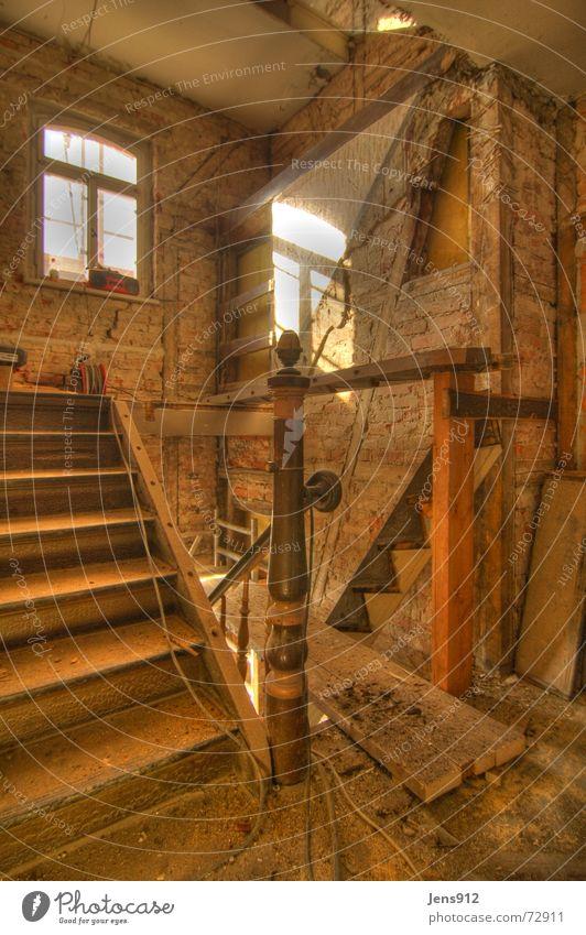 alte Treppe alt Arbeit & Erwerbstätigkeit Fenster Holz Mauer Linie dreckig Glas Treppe Pause Baustelle Backstein Handwerk Geometrie Fensterscheibe