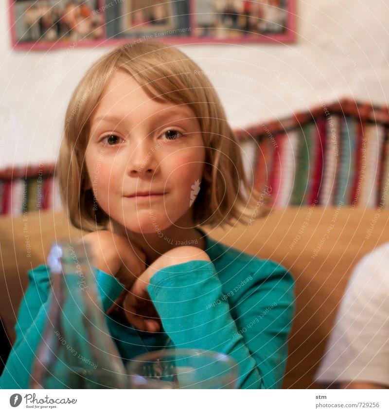 prinzessin Mensch Kind schön Mädchen Leben feminin Stimmung Freizeit & Hobby Wohnung nachdenklich Häusliches Leben Kindheit blond authentisch Lächeln beobachten