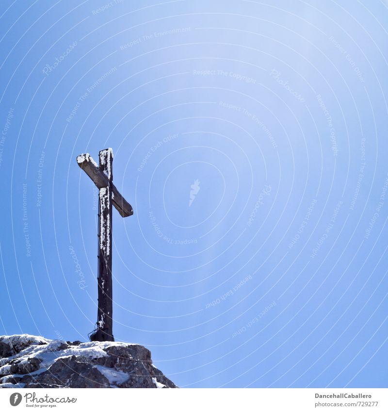 Gipfel-Crucifix Himmel Ferien & Urlaub & Reisen Sonne Winter Berge u. Gebirge Schnee Holz Freiheit Religion & Glaube Stein Felsen Eis elegant Tourismus wandern Ausflug