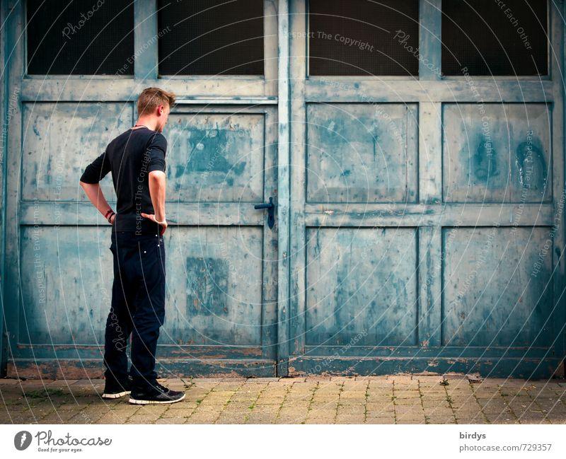Nur Mut ! Junger Mann Jugendliche 1 Mensch 18-30 Jahre Erwachsene Tür Tor Denken trist blau schwarz Sehnsucht Hemmung Zukunftsangst Irritation Zweifel