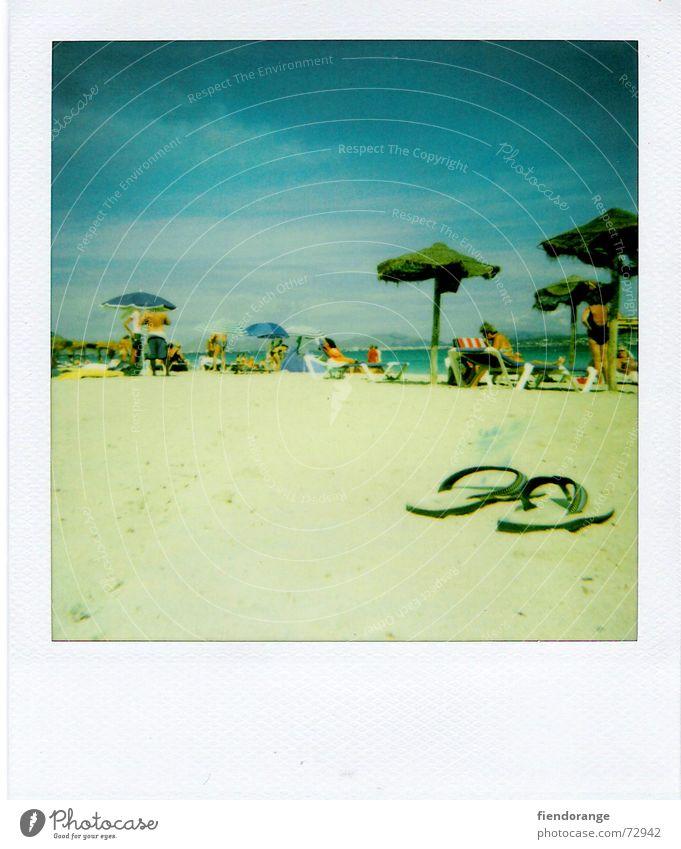 beachlife 4 Meer Strand Wolken Erholung Freiheit Sand Wellen laufen Haut Sonnenschirm Barfuß Spanien Salz Mallorca Gischt Polaroid