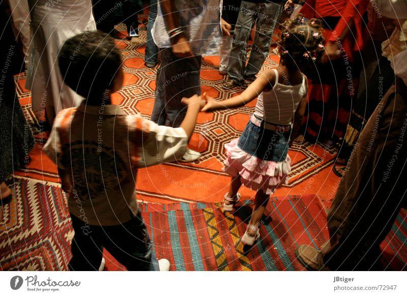 Let´s dance Kind Unbeschwertheit Teppich weich mehrfarbig Fröhlichkeit Naher und Mittlerer Osten Ägypten Innenaufnahme Bar Hand in Hand führen Sommer Tanzen