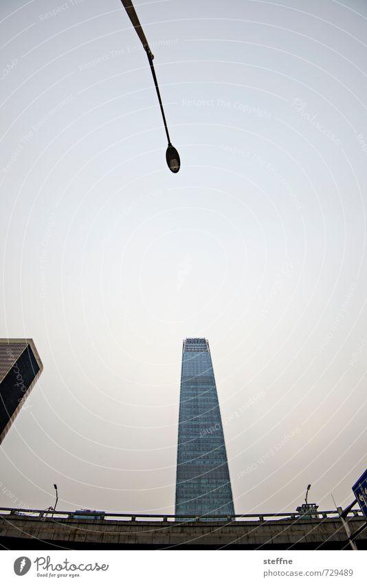 Zum Licht streben Peking China Hauptstadt Stadtzentrum Skyline Hochhaus Moderne Architektur Dämmerung Straßenbeleuchtung Verkehrswege Farbfoto Menschenleer