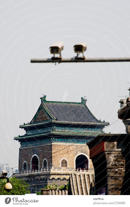Alles im Blick beobachten Wahrzeichen Sehenswürdigkeit China Altstadt Videokamera Überwachungsstaat überwachen Glockenturm Peking Überwachungskamera