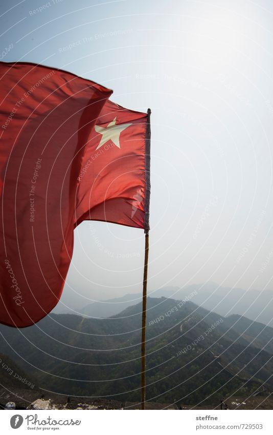 Die Fahne hoch halten Himmel Berge u. Gebirge Tourismus Wahrzeichen Sehenswürdigkeit China Kommunismus Chinesische Mauer