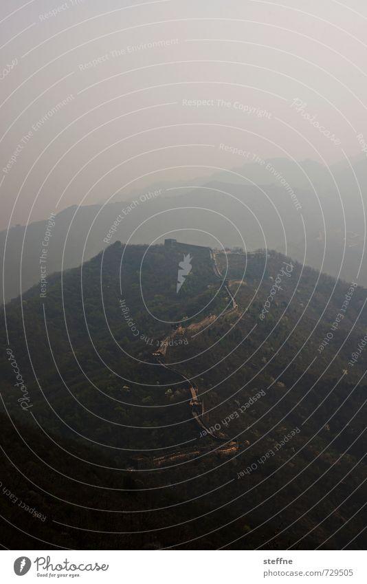 Chinesischer Drachen Berge u. Gebirge außergewöhnlich Nebel Wahrzeichen Sehenswürdigkeit China Mutianyu Chinesische Mauer