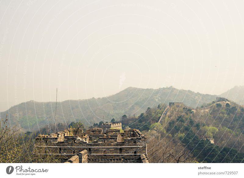 Mauer Himmel Berge u. Gebirge Mutianyu China Wand Sehenswürdigkeit Wahrzeichen Chinesische Mauer historisch Nebel Farbfoto Menschenleer Textfreiraum oben