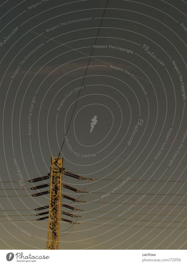 schwer auf Draht Energiewirtschaft Elektrizität Kabel Strommast Leitung Versorgung Energiekrise Isolatoren