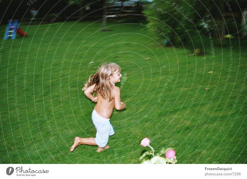 ... wie ein wirbelwind ... Spielen Wiese Geschwindigkeit grün Mensch kleines kind laufen rennen Garten Rasen