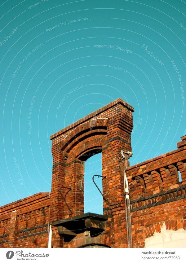 something is missing, one Gebäude Backstein rot Türrahmen Verfall Industriegelände Balkon Loch Einsamkeit vergessen Friedrichshain Storkow Wand alt Himmel blau