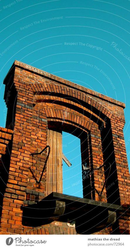 something is missing, two Gebäude Backstein rot Türrahmen Verfall Industriegelände Balkon Loch Einsamkeit vergessen Friedrichshain Storkow alt Himmel blau