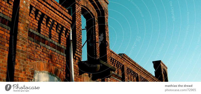 something is missing, three Gebäude Backstein rot Türrahmen Verfall Industriegelände Balkon Loch Einsamkeit vergessen Friedrichshain Storkow Wand alt Himmel