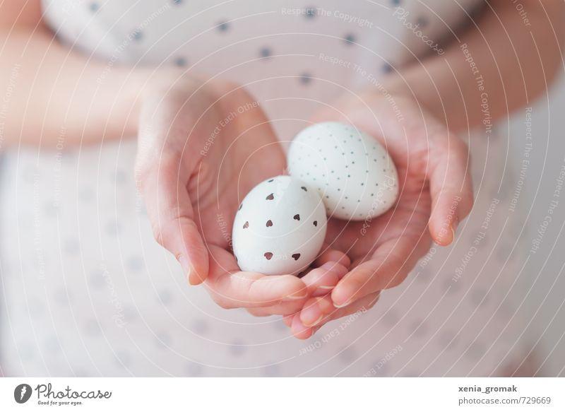 zwei Eier weiß Hand Spielen Feste & Feiern hell Lebensmittel Freizeit & Hobby Lifestyle ästhetisch Fröhlichkeit Ernährung Herz Finger Punkt Ostern zart