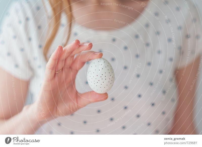 ein Ei Jugendliche weiß Junge Frau Hand Gesundheit Feste & Feiern hell Lebensmittel Design Zufriedenheit ästhetisch frisch Finger berühren rund Ostern