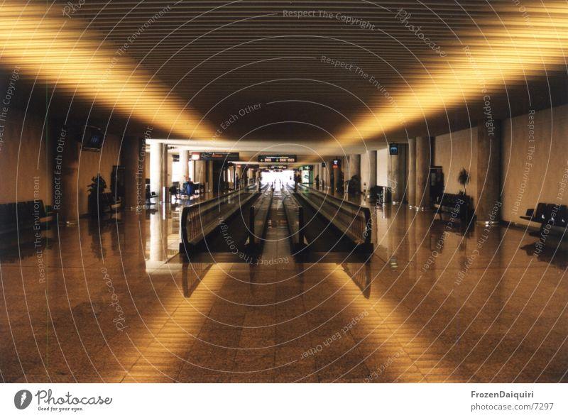 Unendliche Weiten gelb orange warten Architektur Flughafen Lagerhalle Mallorca Rolltreppe Fluchtlinie Licht & Schatten