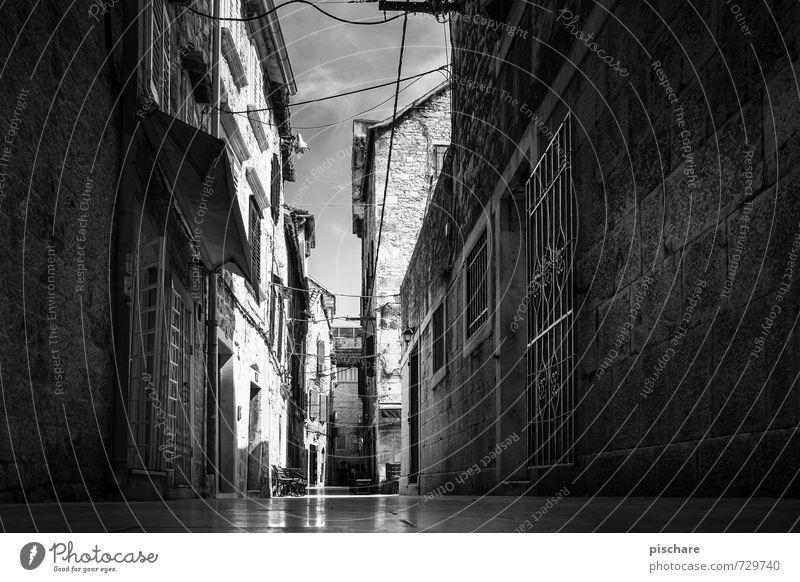 Gasse in Split Stadt Stadtzentrum Altstadt Menschenleer Haus dunkel Kroatien Schwarzweißfoto Außenaufnahme Licht Schatten