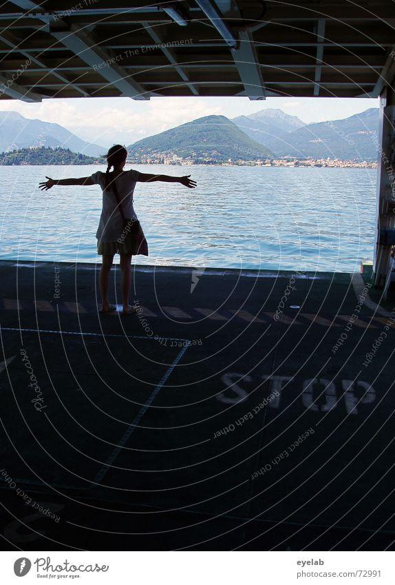 Titanic ? blau Wasser Mädchen Sommer Meer Ferne Berge u. Gebirge Gefühle Freiheit springen See Metall Wasserfahrzeug Wind Bekleidung Kleid