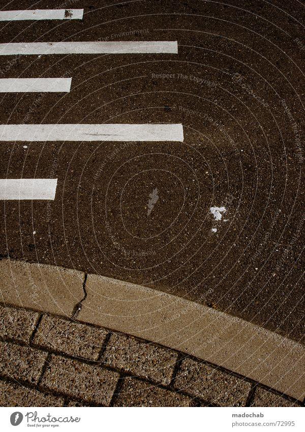 DA ISSES JA | linien design strasse street grafik muster urban Muster weiß Stadt Straße dunkel Herbst Stil Stein Linie Verkehr Ecke trist Streifen Zeichen Bürgersteig Hinweisschild