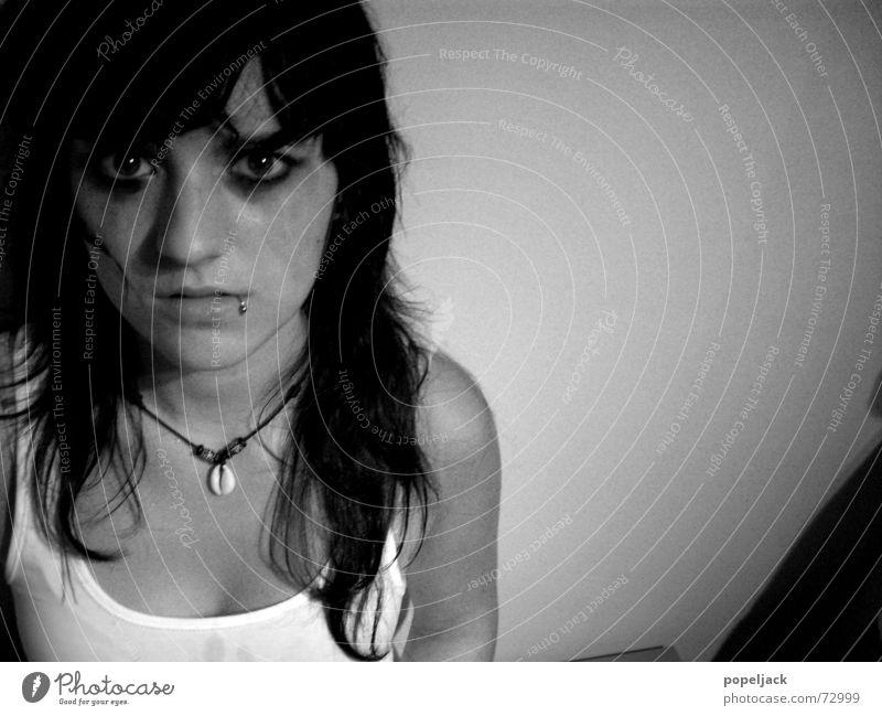 scheißtag schwarz weiß Nacht Piercing schön Einsamkeit Trauer Traurigkeit Tränen weinen hannah Auge Kette Haut