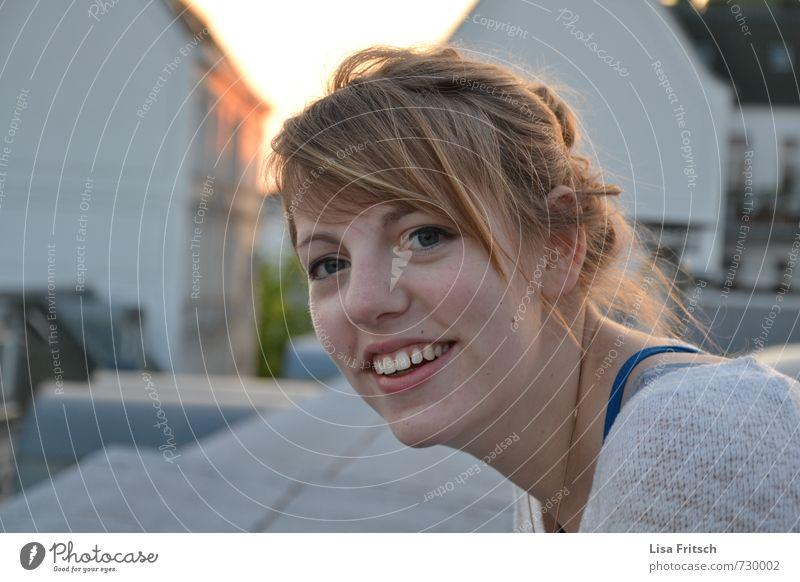 auf den dächern' hamburgs² feminin Kopf Haare & Frisuren 1 Mensch 18-30 Jahre Jugendliche Erwachsene Pony Zopf lachen schön natürlich Freude Zufriedenheit