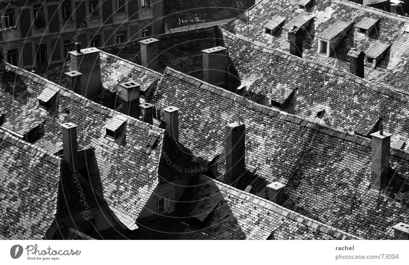 kleine heile Welt Österreich Bundesland Steiermark Graz Dach Holzschindel Dachgaube Dachfenster Dachgiebel Antenne parallel Altbau heimelig Ecke verschlafen