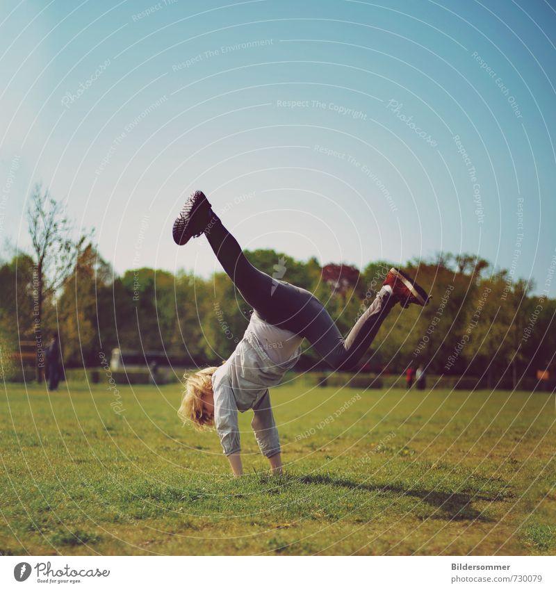 gamboling Mensch Kind Ferien & Urlaub & Reisen blau grün Mädchen Freude Wiese feminin Sport Spielen springen Park Kraft Kindheit Fröhlichkeit