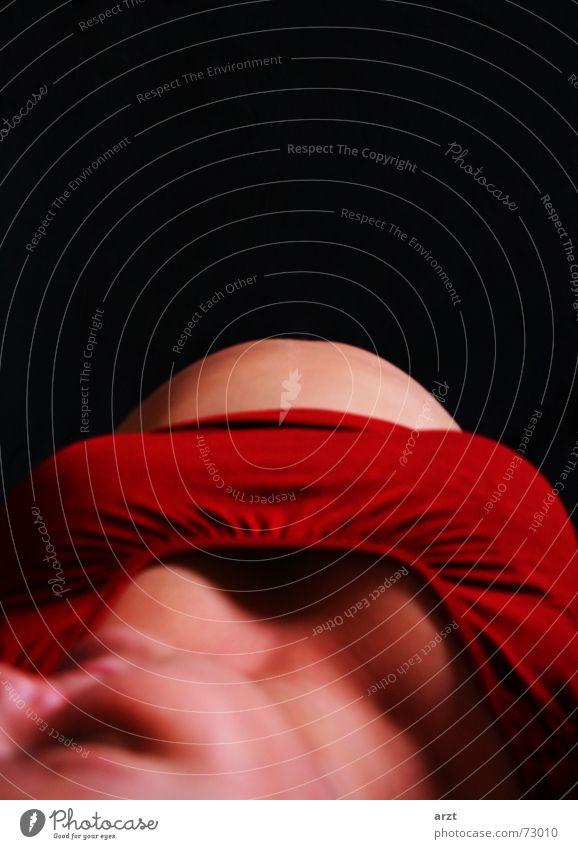 schwanger Babybauch bauchfrei rot Frau klein ruhen Kleinkind Zufriedenheit gebären abdomen zur welt bringen Bauch liegen neuer erdenbürger