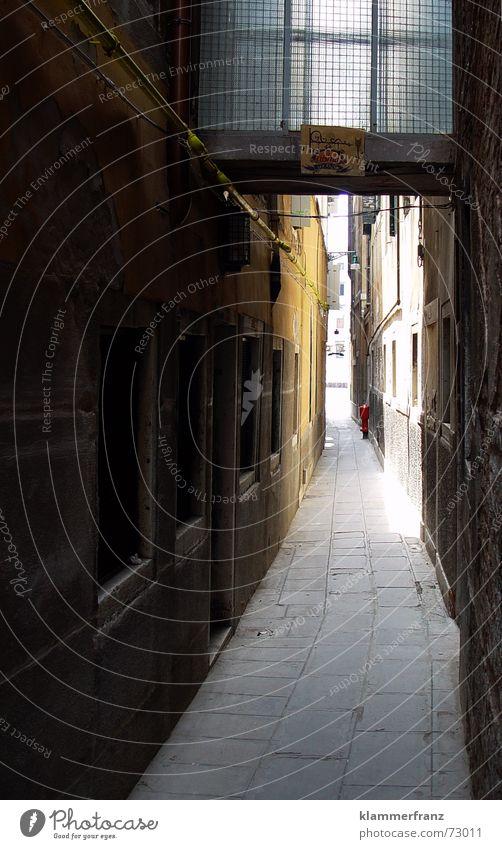 Durch diese enge Gasse... schmal dunkel mystisch Venedig Haus Hausmauer Mauer Fenster Italien Romantik ruhig Bodenplatten Steinboden Hydrant Lampe Elektrizität