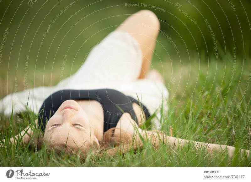 Wiesenmädchen Mensch Frau Natur Jugendliche Ferien & Urlaub & Reisen schön Erholung Junge Frau Landschaft ruhig Freude Erwachsene Gesicht Gefühle Wiese feminin