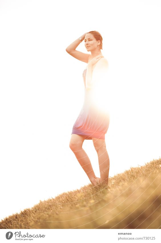 Lichtmädchen Lifestyle Stil Freude Ferne Freiheit Sommer Sonne Mensch feminin Junge Frau Jugendliche Erwachsene Körper 1 Natur Landschaft Horizont Gras Wiese