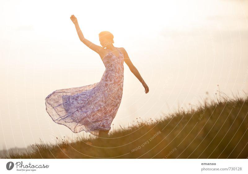 Sommermädchen Lifestyle Stil Freude Freiheit Sonne Tanzen Mensch feminin Junge Frau Jugendliche Erwachsene Körper 1 Natur Landschaft Himmel Sonnenlicht Gras