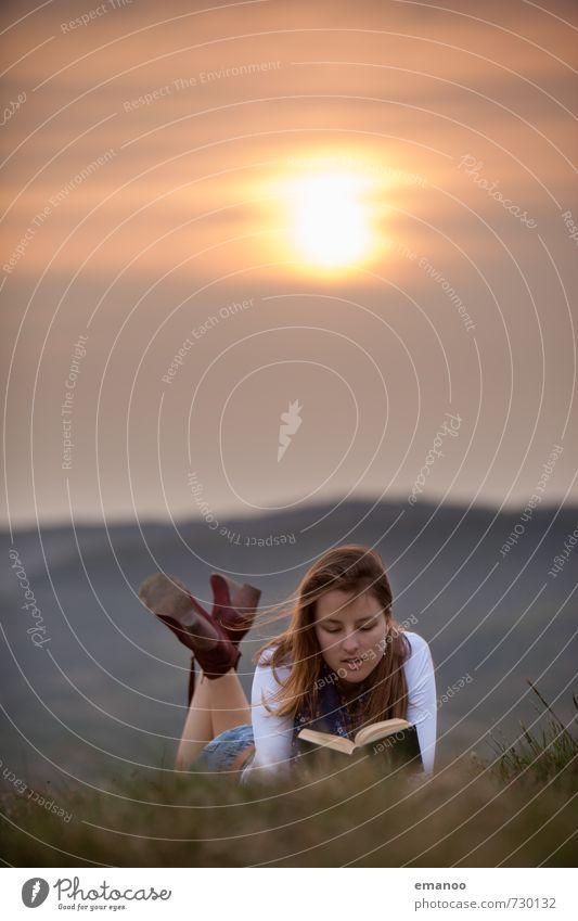 Literatur in der Natur Mensch Frau Himmel Ferien & Urlaub & Reisen Jugendliche Pflanze Sonne Erholung Junge Frau Landschaft Wolken Freude Ferne Erwachsene