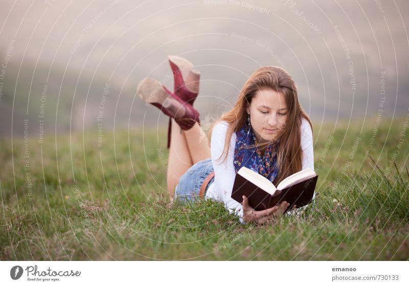 Lesemädchen Lifestyle Stil Freude Freizeit & Hobby Ferne Freiheit Mensch feminin Junge Frau Jugendliche Erwachsene Körper 1 Landschaft Gras Wiese Hügel Mode