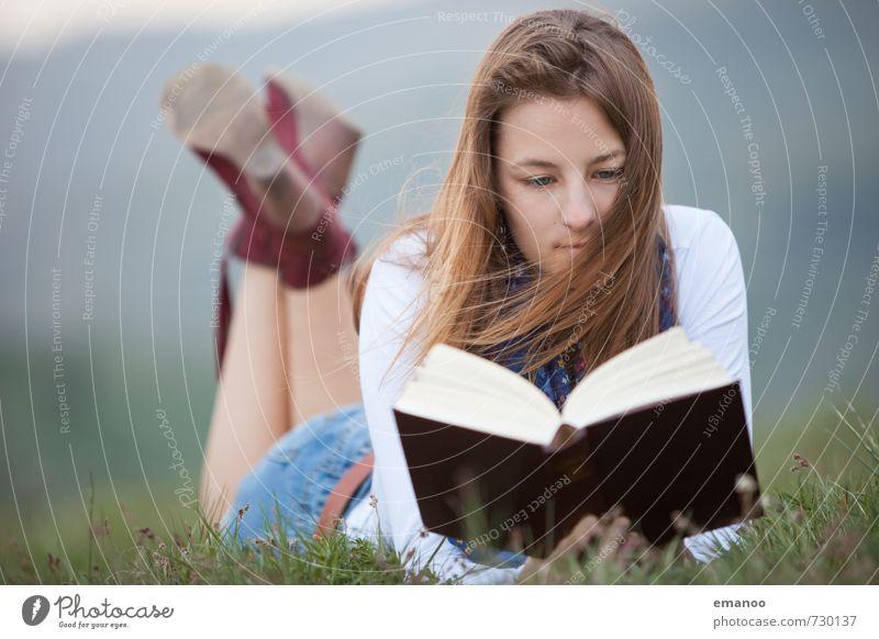 was liest du? Mensch Frau Natur Jugendliche Ferien & Urlaub & Reisen alt schön Junge Frau Erholung Landschaft ruhig Freude Ferne Erwachsene feminin Gras