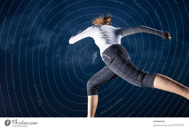 hinterher Mensch Frau Himmel Jugendliche Junge Frau Wolken dunkel Erwachsene Leben feminin Stil Sport Beine Lifestyle springen Körper