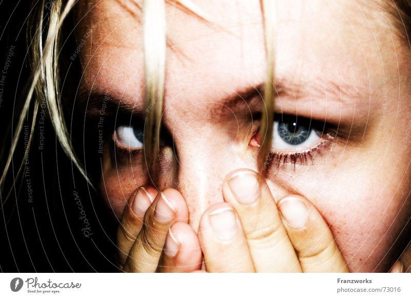 Horrorville... gruselig Frau Hand fassungslos Panik dunkel Einsamkeit Alptraum Nacht verstört brutal Angst verstecken Schock