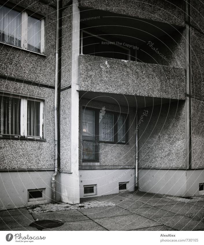 HALLE/S TOUR | minus ein Balkon alt Stadt Haus dunkel Fenster Wand Senior Architektur Gebäude Mauer Stein Fassade Wohnung Stadtleben Häusliches Leben trist