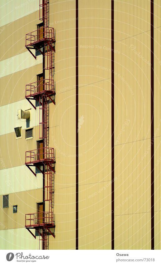 Kraftwerk 4 Fassade Gewerbe Wellblech Trapezblech braun beige weiß Mischung Balkon Luke Fenster Stahl Streifen gestreift Industriefotografie Treppe Leiter Tür