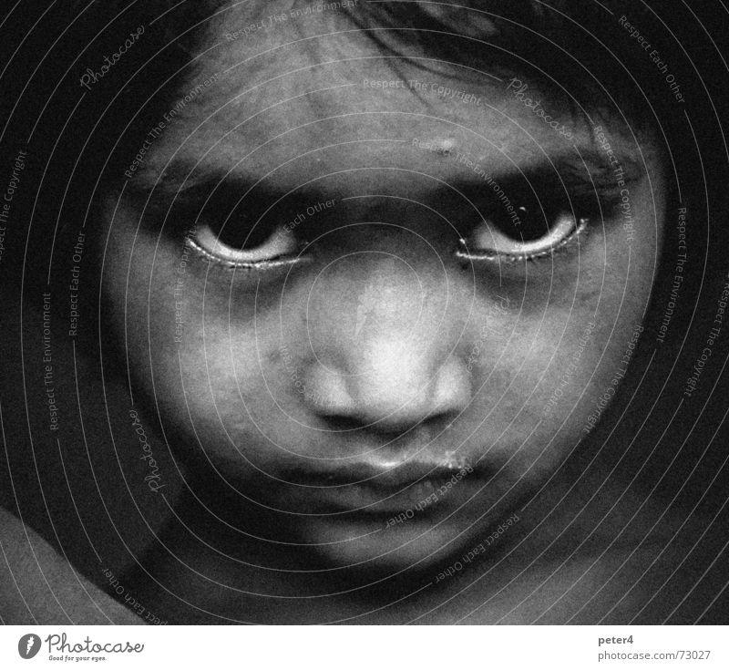Fremd Trauer Flüchtlinge fremd heimatlos Kind Auge Traurigkeit Armut Schwarzweißfoto