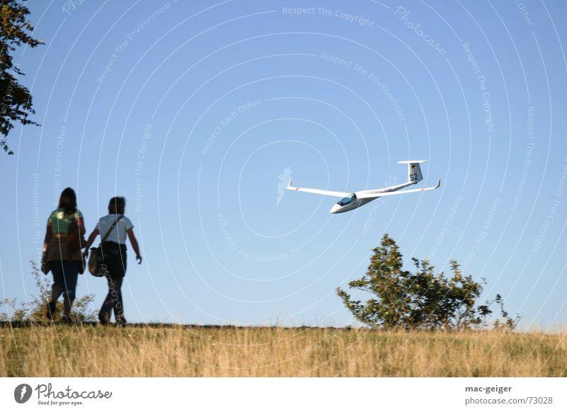 Tiefflieger Mensch Himmel Ferne Landschaft Luft Angst wandern Flugzeug Geschwindigkeit Luftverkehr Spaziergang bedrohlich tief Überraschung Momentaufnahme Alb