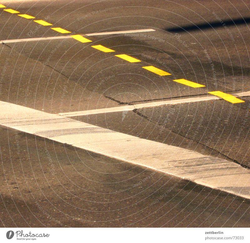 Straße weiß gelb Linie Schilder & Markierungen Beginn Verkehr fahren Asphalt stoppen Spuren Bremse Leitsystem Strichellinie