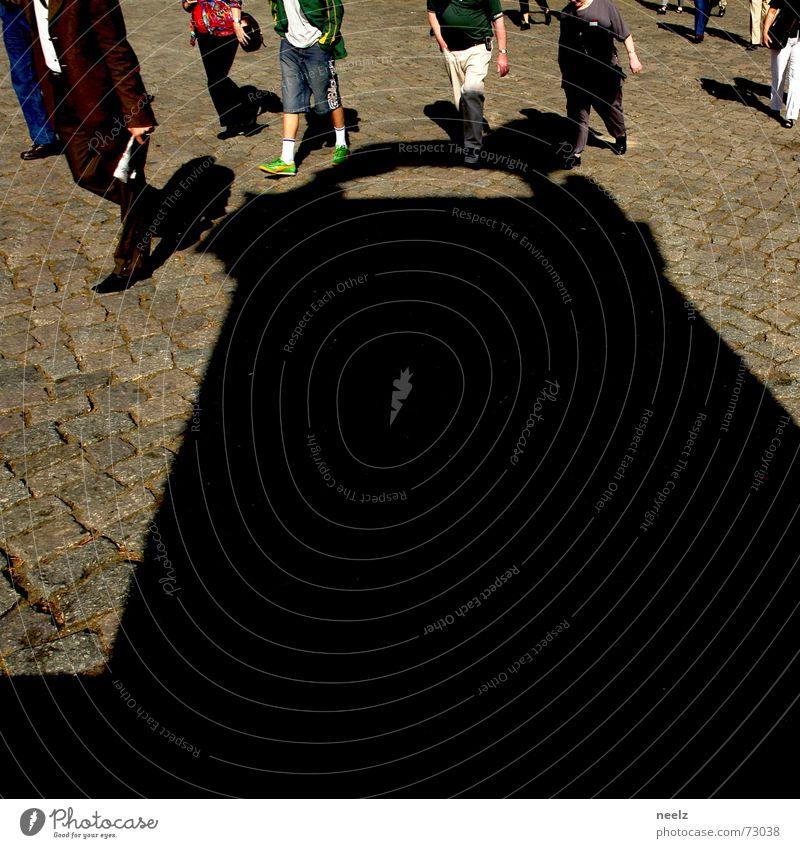 Gut bebrüllt...04 Mensch Frau Mann Menschengruppe mehrere Statue Kopfsteinpflaster Skulptur Tourist Braunschweig Reisegruppe