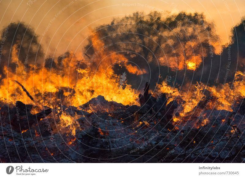 Osterfeuer Umwelt Natur Feuer Sonne Sonnenaufgang Sonnenuntergang Sonnenlicht Frühling Feste & Feiern außergewöhnlich gigantisch groß natürlich braun mehrfarbig