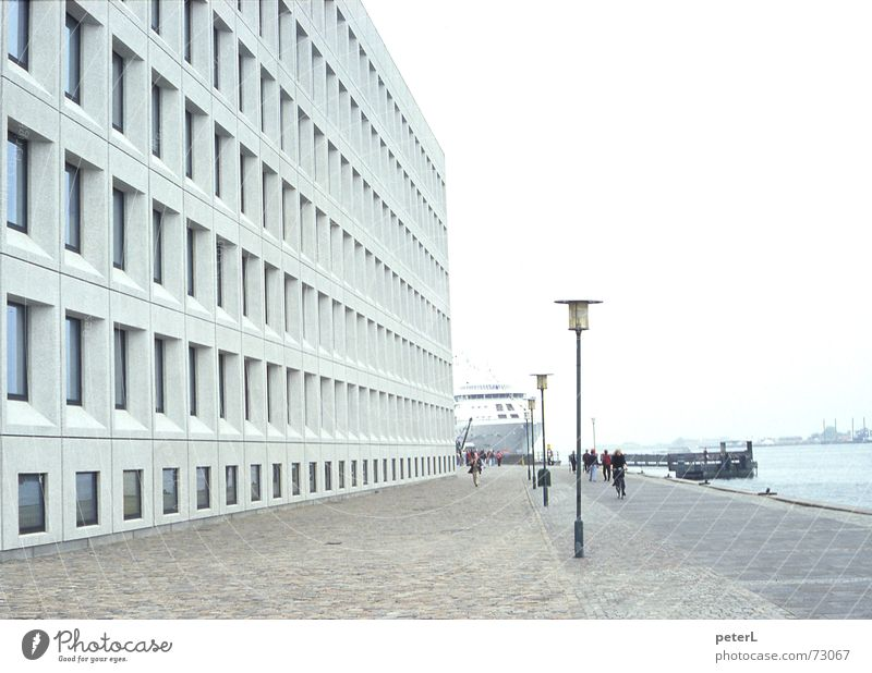Monotonie Wasser Stadt Fenster grau Wasserfahrzeug Beton Fassade Perspektive modern Platz Fluss Hafen Raster Fähre Mole Kopenhagen